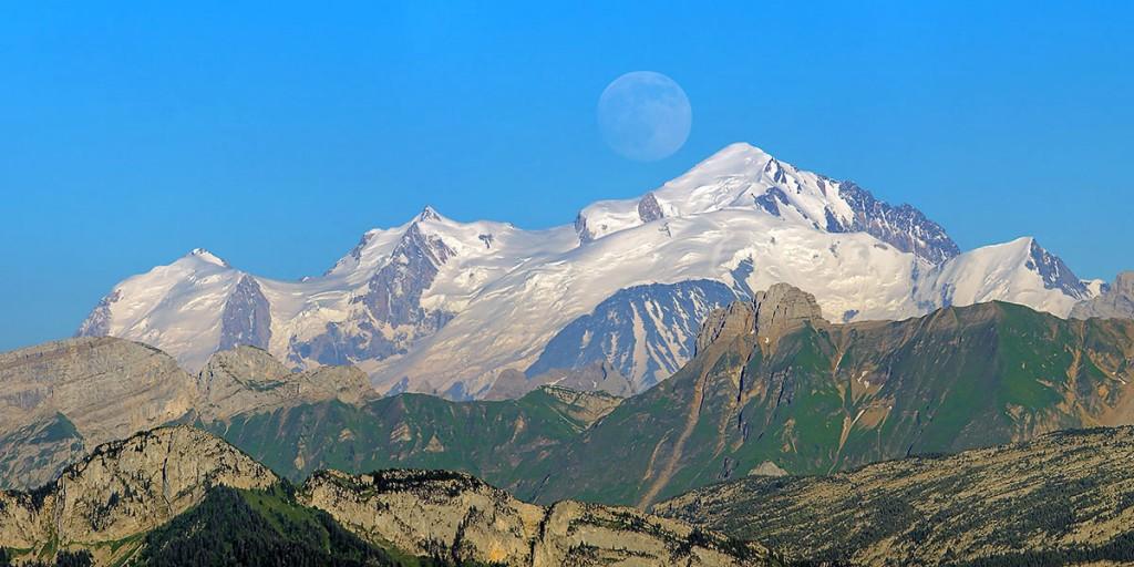 Pleine lune derrière le Mt Blanc