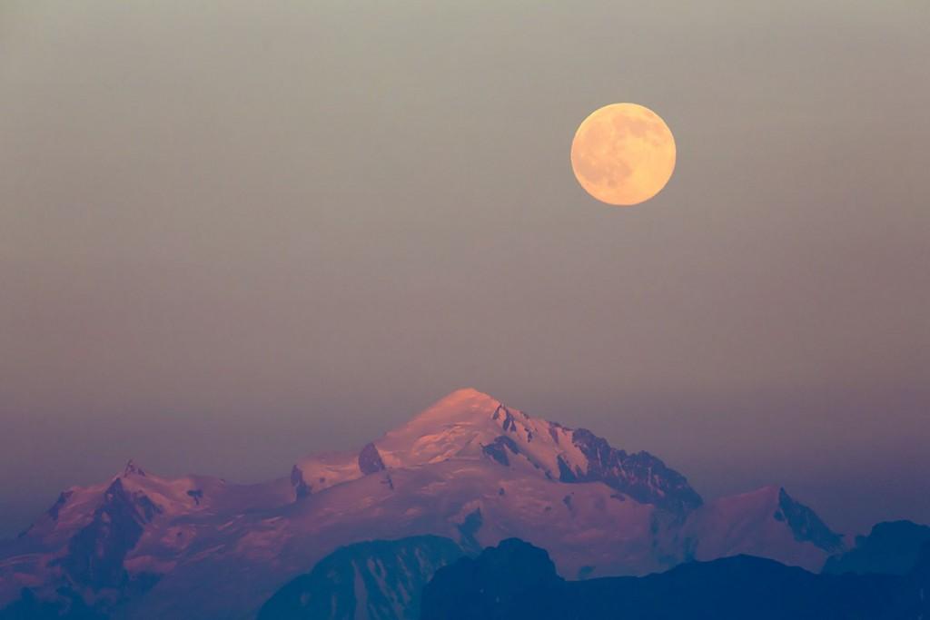 Pleine lune aux dernières lueurs du jour